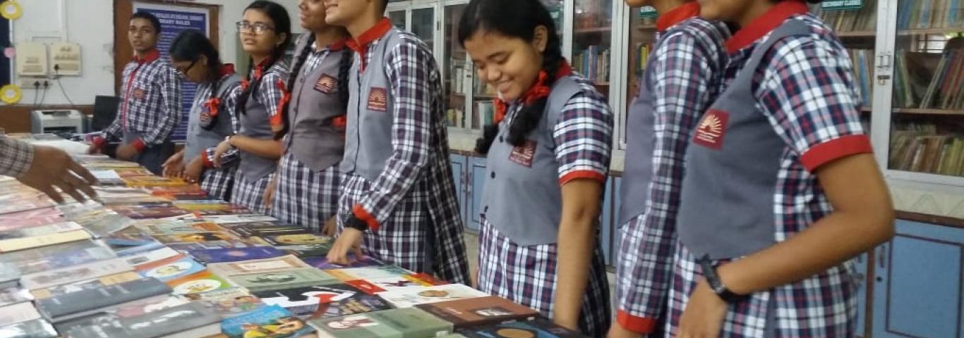 हिंदी पखवाड़ा के दौरान पुस्तकालय में बच्चों को आकर्षित करता हिंदी पुस्तक मेला  सौजन्य:श्री अजय कुमार,पुस्तकालयाध्यक्ष